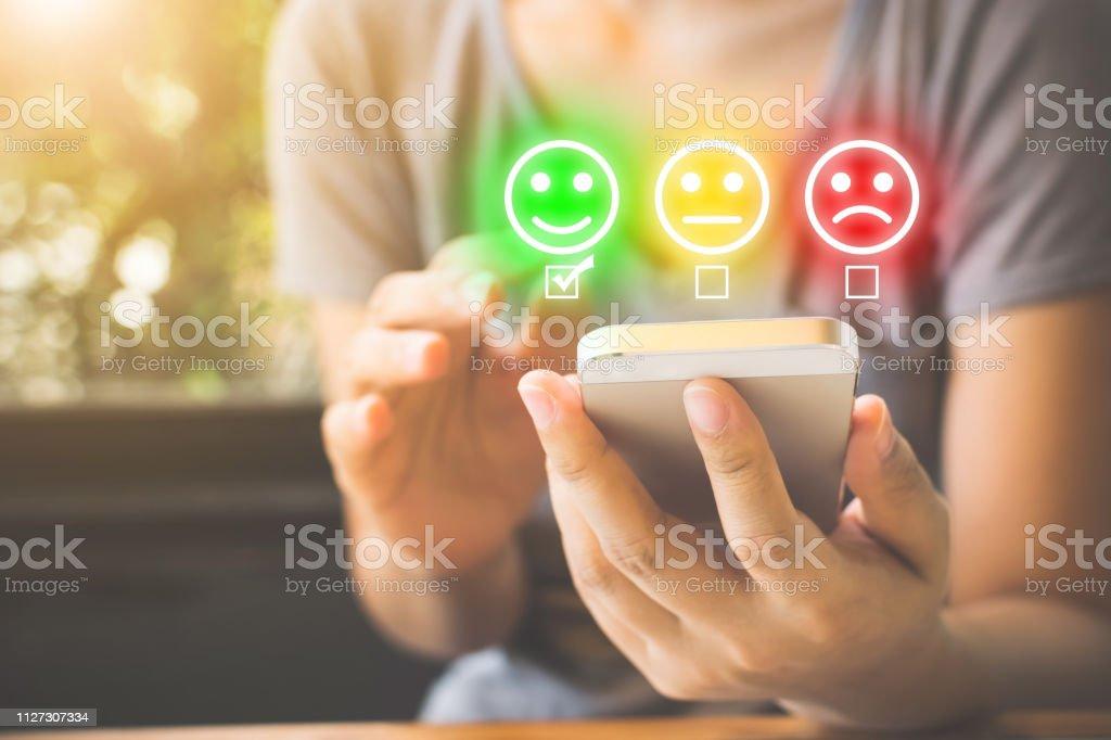 Customer Service Experience en tevredenheid conjunctuurenquête bij de bedrijven. Vrouw gezicht glimlach op slimme telefoon kiezen - Royalty-free Adoreren Stockfoto