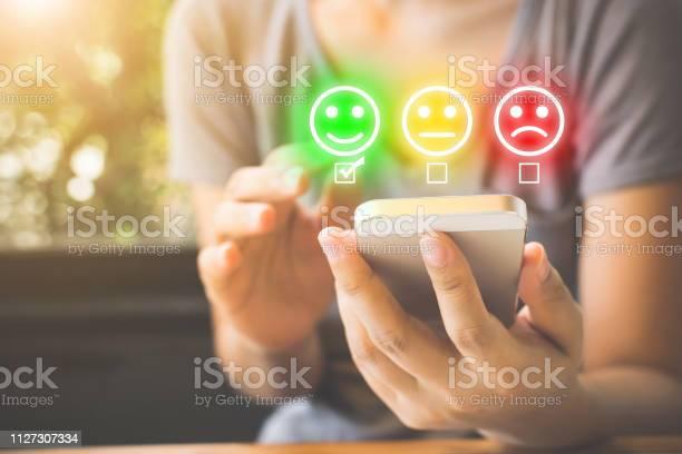 Customer Service Experience En Tevredenheid Conjunctuurenquête Bij De Bedrijven Vrouw Gezicht Glimlach Op Slimme Telefoon Kiezen Stockfoto en meer beelden van Adoreren
