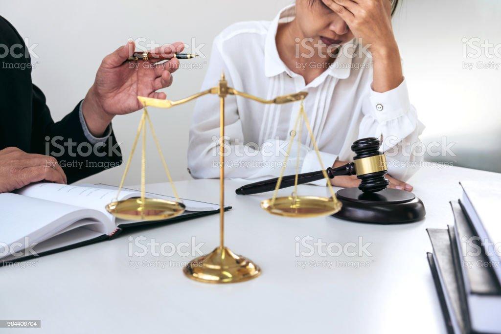 Cooperação boa de cliente serviço, consulta entre um advogado masculino e cliente de pessoas de negócios, imposto e a empresa de conceito imobiliário - Foto de stock de Acordo royalty-free