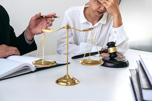 Foto de Cooperação Boa De Cliente Serviço Consulta Entre Um Advogado Masculino E Cliente De Pessoas De Negócios Imposto E A Empresa De Conceito Imobiliário e mais fotos de stock de Acordo