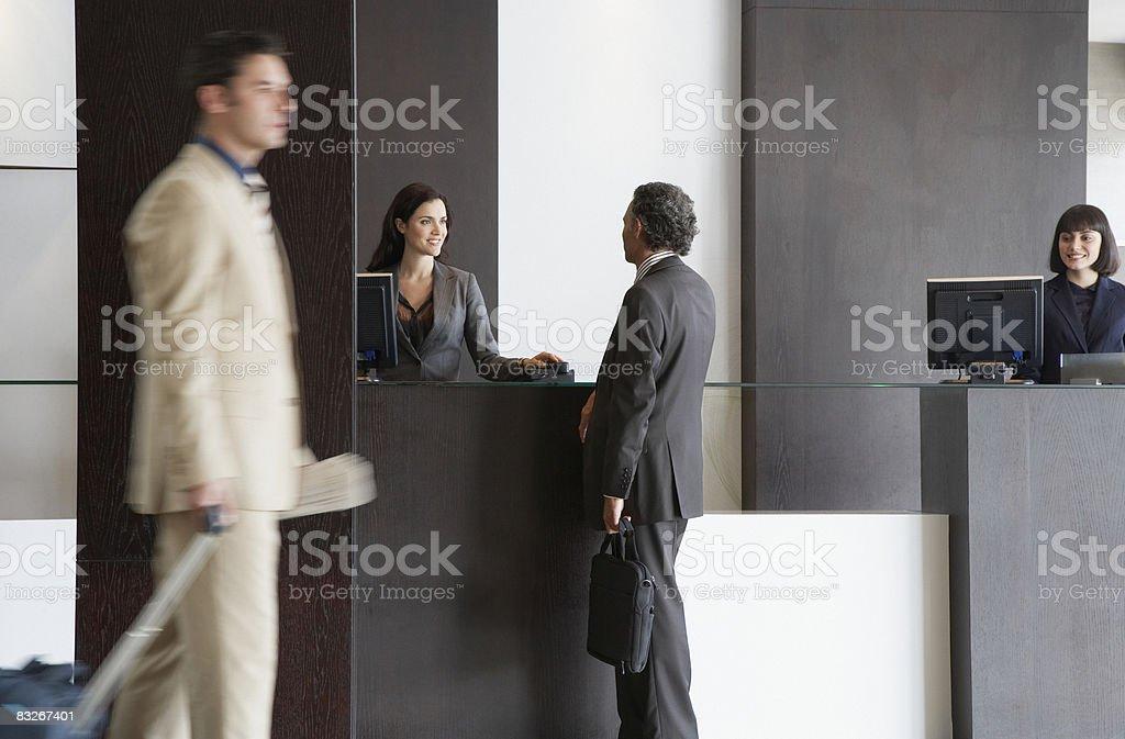 Représentant du service clientèle aider Homme d'affaires - Photo