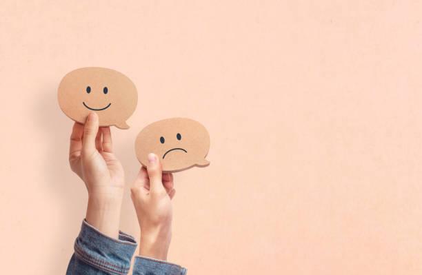 Kunden zeigen Bewertung mit glücklichen Symbol auf Hintergrund, Kundenzufriedenheit Umfrage Konzept, Kopierplatz. – Foto
