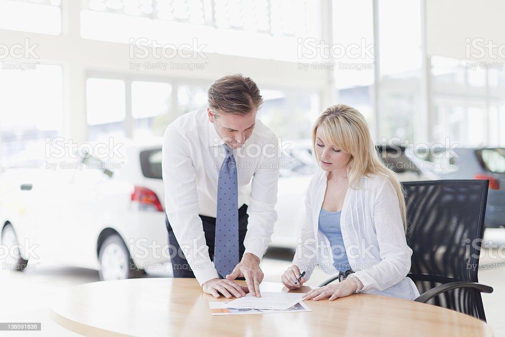 Kunden, die Unterzeichnung im Autohaus – Foto