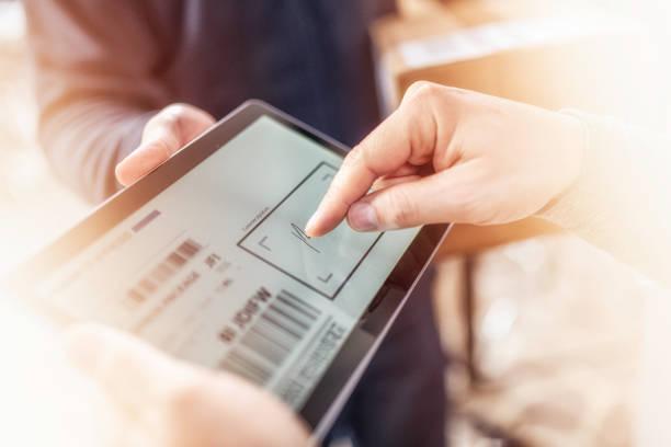kunden unterzeichnen empfang der hauszustellung auf einem tablet - unterschrift stock-fotos und bilder