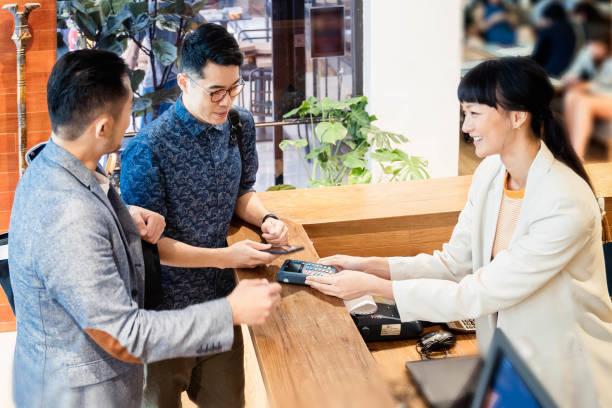 Kunde nutzt mobile Zahlungen – Foto