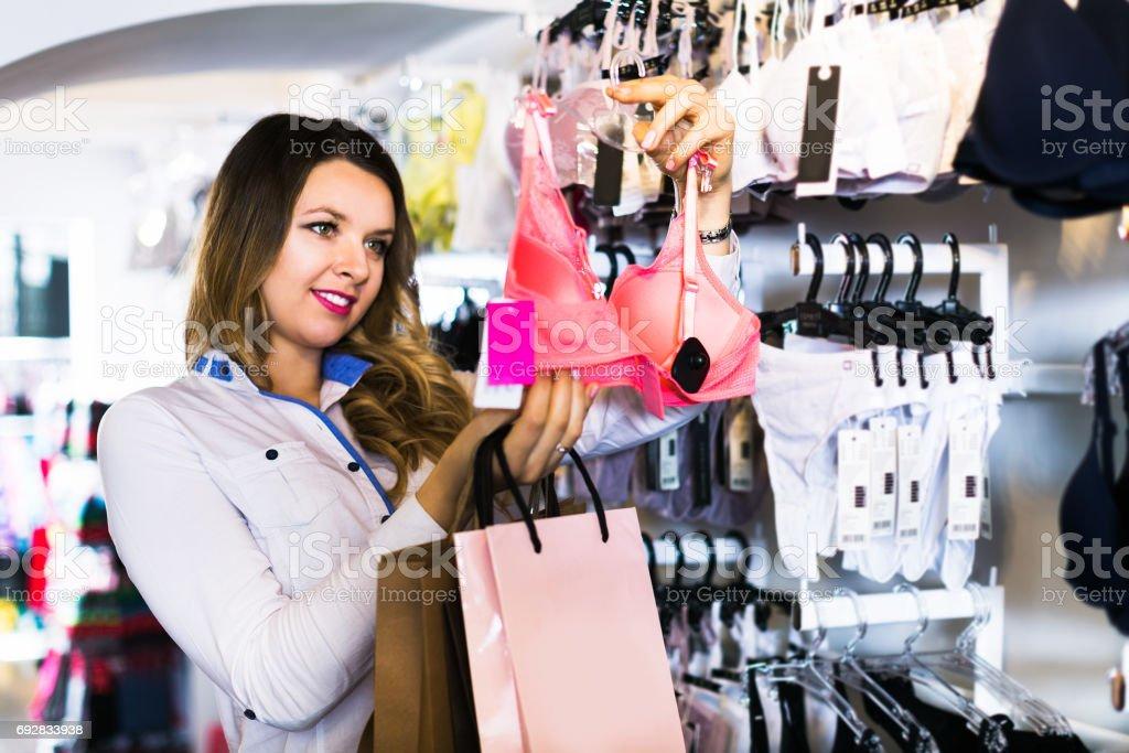 afdd0784cb38 Mujer Al Cliente En Tienda De Lencería Foto de stock y más banco de ...