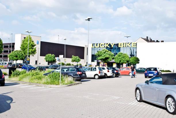 Customers and cars outside an lucky bike in dortmund germany picture id1083622484?b=1&k=6&m=1083622484&s=612x612&w=0&h=o0bmu6homcymewnjb xc ck6frncuasl0u65dl6rcng=