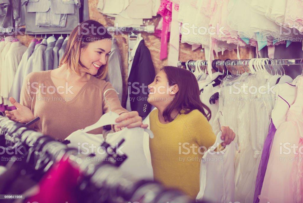 Los clientes están adquiriendo Vestido de moda - Foto de stock de 25-29 años libre de derechos