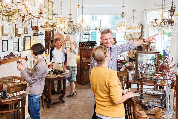 Les clients dans le magasin d'antiquités - Photo