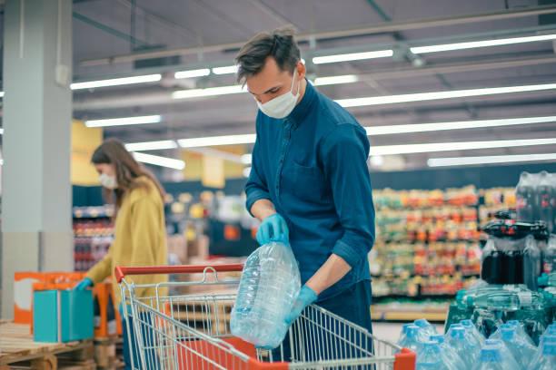 Kunden tätigen Einkäufe auf sicherem Weg – Foto