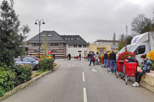 clients faisant la queue à l'extérieur d'un supermarché en raison du covid-19 - europe centrale photos et images de collection