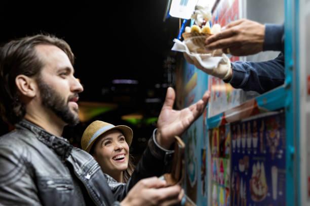 kunden, die eis-produkt bei der imbisswagen - streetfood stock-fotos und bilder