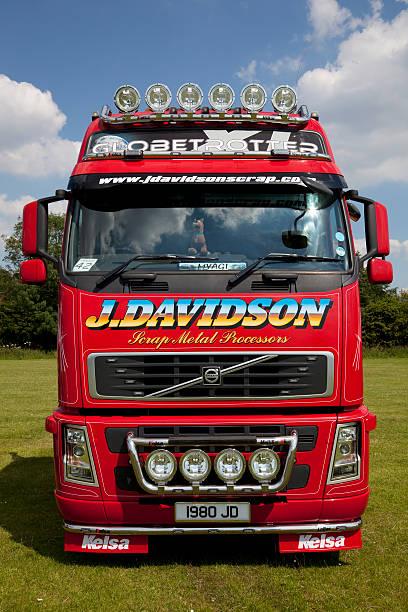 individuelle volvo truck - aufgemotzte trucks stock-fotos und bilder