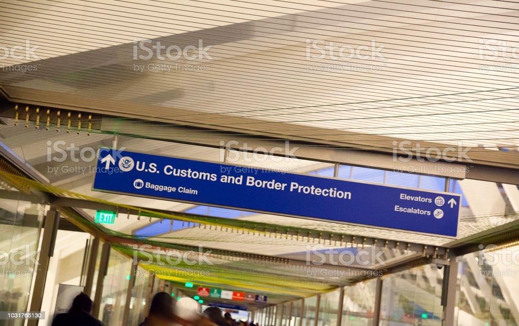 Douanes et signe de bagages à l'aéroport - Photo