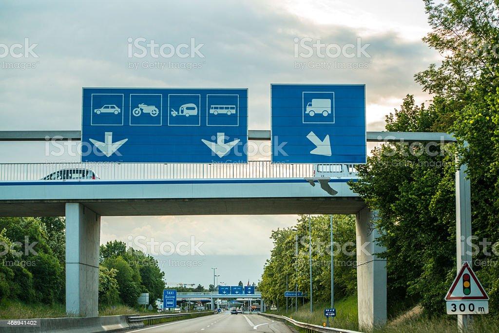 Bureau des douanes les panneaux sur une autoroute la france et de