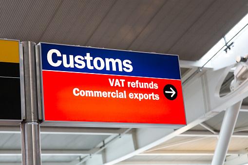 Signo De Aduanas En El Aeropuerto Foto de stock y más banco de imágenes de Aduana - Edificio de transporte