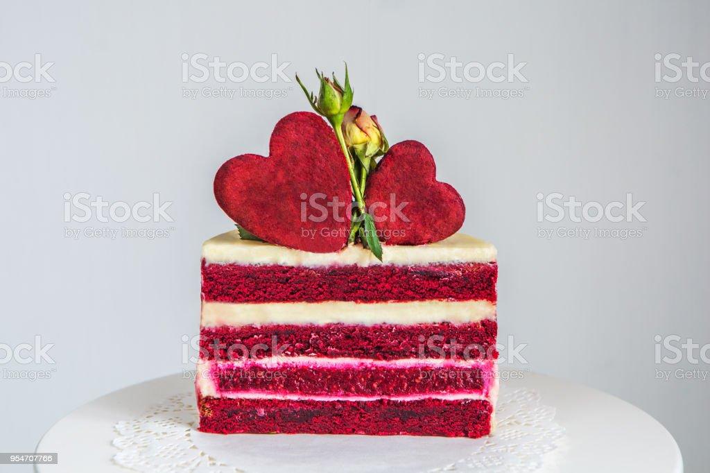Schneiden Sie Eine Kleine Rotweisse Kuchen Zum Valentinstag Stock