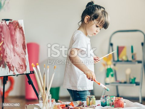 istock Cut girl painting in at her  home. 538052460