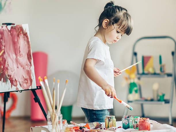hübsches mädchen gemälde in ihrem zuhause. - kinderfarben stock-fotos und bilder