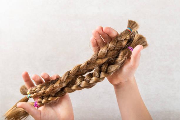 schneiden sie lange haare, als spende für wohltätige zwecke krebs - glatze schneiden stock-fotos und bilder