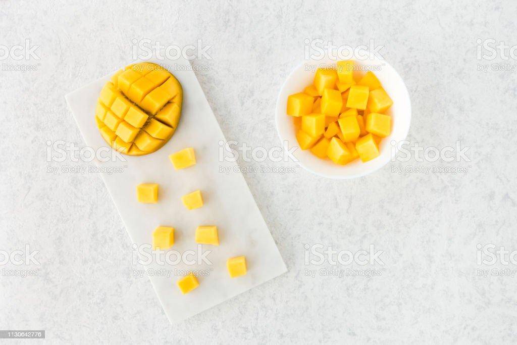 Mango schneiden, die Hälfte und Mango Würfel auf Marmor Schneidebrett – Foto