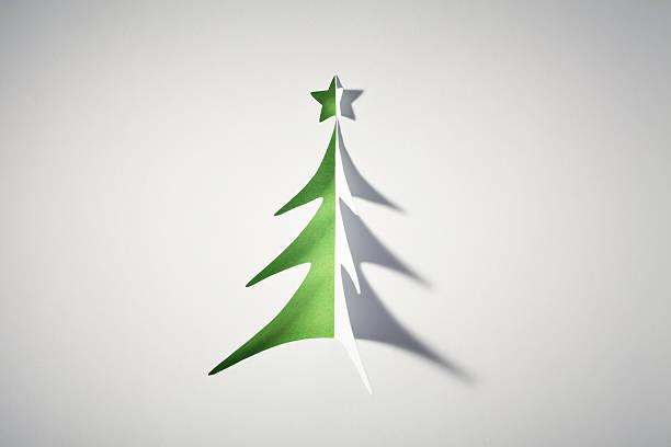 freisteller papier mit weihnachtsbaum-motiv - weihnachtssterne aus papier stock-fotos und bilder