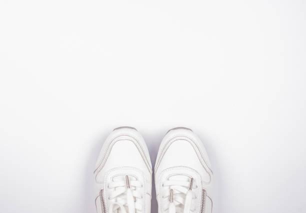 Cut Out White SportSchuhe auf weißem Hintergrund – Foto