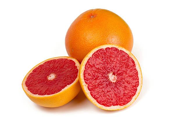 Geschnittene grapefruit isoliert auf weiss – Foto