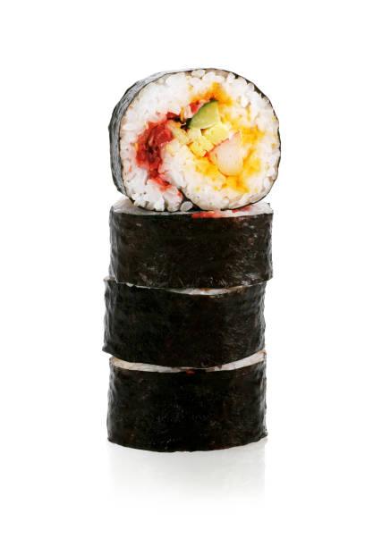 corte rollos de sushi - algas fondo blanco fotografías e imágenes de stock