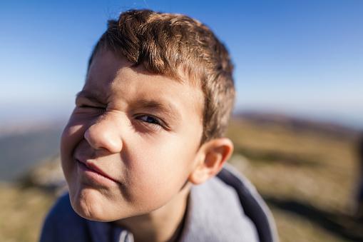 Foto de Menino Fofo De 6 Anos Fazendo Cara Boba e mais fotos de stock de 6-7 Anos