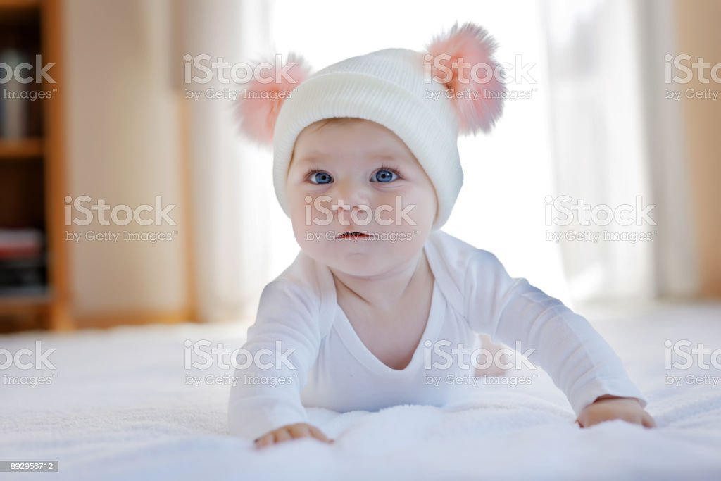Cute adorable Baby Kind mit weißen und Rosa Mütze mit süßen Bommeln – Foto