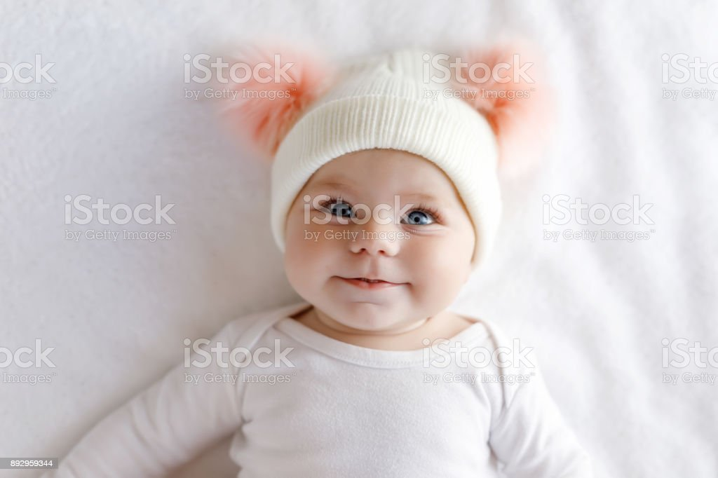 Niño lindo adorable bebé con gorro blanco y rosa con motas lindos - foto de stock