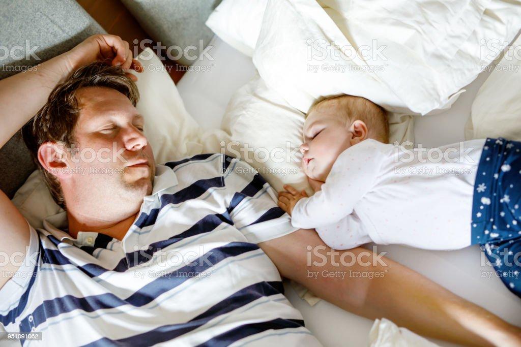 Cute adorable Babymädchen von 6 Monaten und ihr Vater schlafen friedlich im Bett zu Hause – Foto