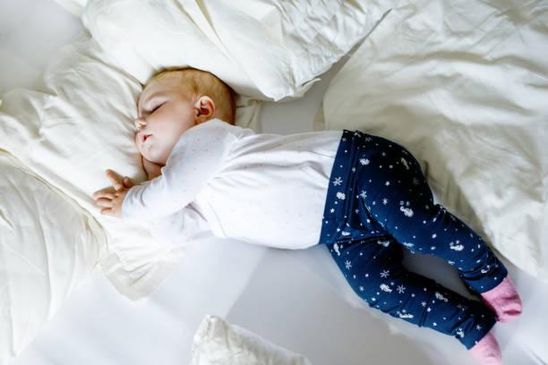 Cute adorable Babymädchen von 6 Monaten schlafen friedlich im Bett – Foto