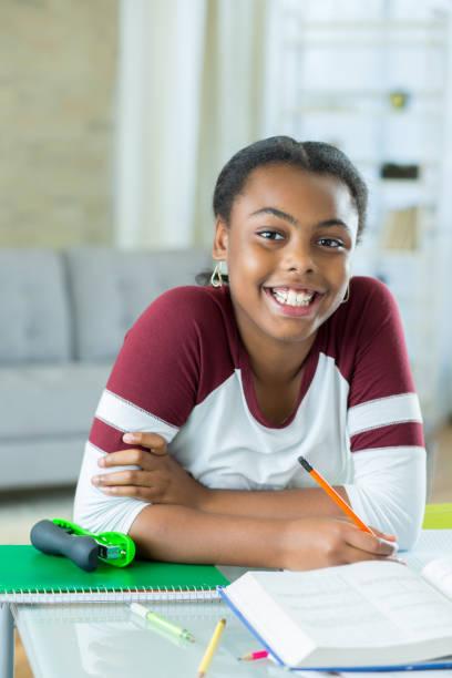 niedliche afroamerikanische homeschool student - haushaltsbuch führen stock-fotos und bilder