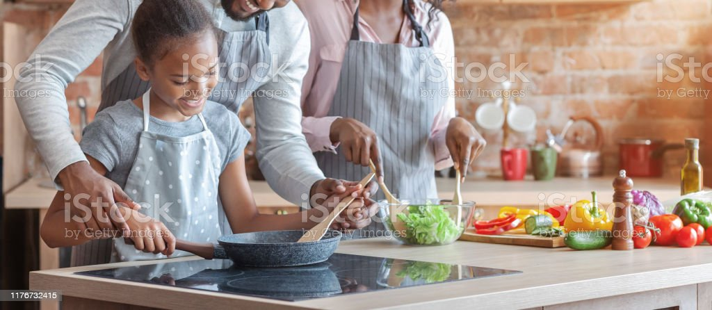 Cute african girl learning how to cook healthy meal - Royalty-free Adulto Foto de stock