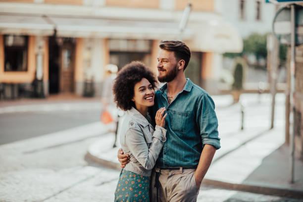 niedliche afrikanische frau in die arme des mannes - schwarze romantik stock-fotos und bilder