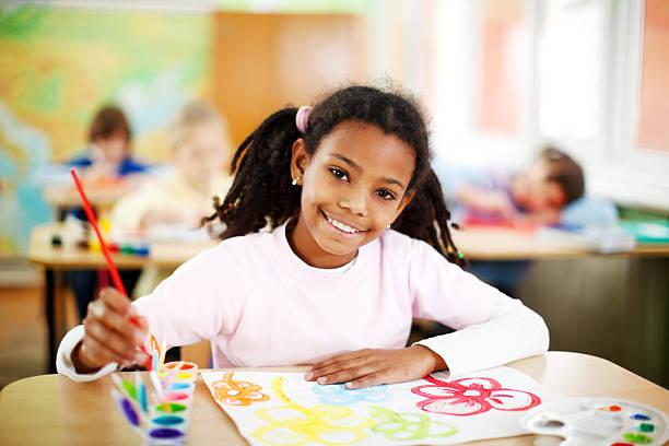 linda chica afroamericana está pintando con watercolors. - clase de arte fotografías e imágenes de stock
