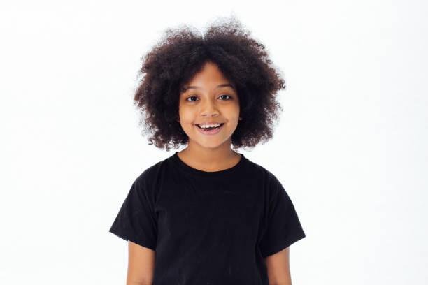 Süß und glücklich African American Kinder Lächeln und lachen über weißen Hintergrund isoliert – Foto