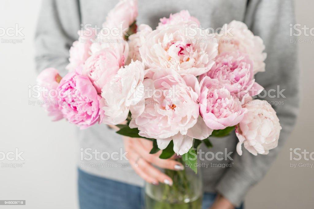Fleurs De Pivoine Mignon Et Adorable Dans Les Mains Des Femmes