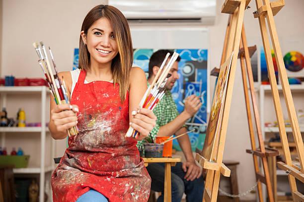 キュートアートペイントスチューデントが大好きです。 - 美術の授業 ストックフォトと画像