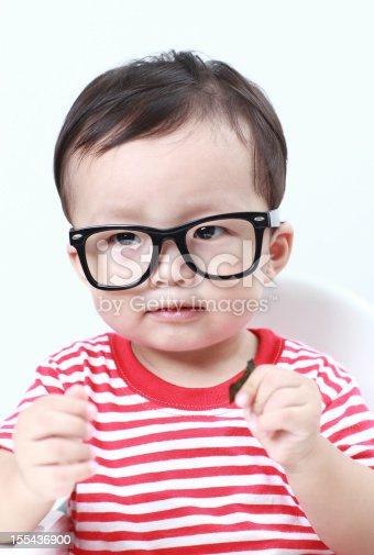 23e3935356 ... Linda Asiática Bebé Anteojos Foto de stock y más banco de imágenes de  12-17