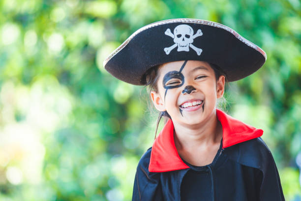 Süße asiatische Kind Mädchen trägt Halloween-Kostüme und Make-up Spaß auf Halloween-Feier – Foto