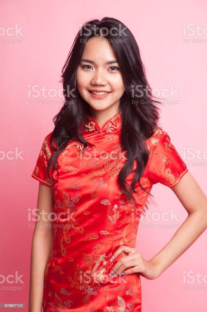 0eee3d4841bbf6 Leuke Aziatische meisje in chinese rode cheongsam jurk royalty free  stockfoto