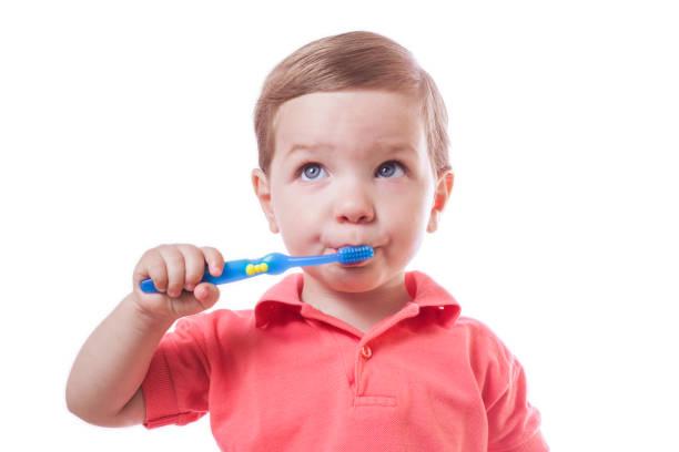Lindo niño cepillarse los dientes - foto de stock