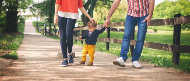 Niedliche Baby Junge seine ersten Schritte – Foto