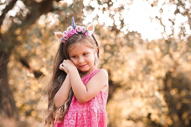 süßes baby mädchen posieren im freien - prinzessin kleid kind stock-fotos und bilder