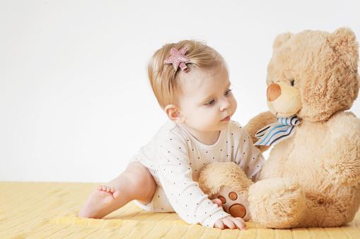 Cute Baby Girl With Her Teddy Bear стоковые фотографии и другие картинки большой