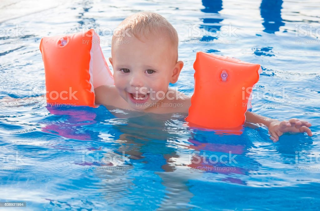 Cute baby having fun in pool. Sport activities for children. – Foto