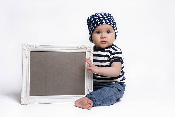 Süßes baby-holding einen leeren Rahmen-Schild – Foto
